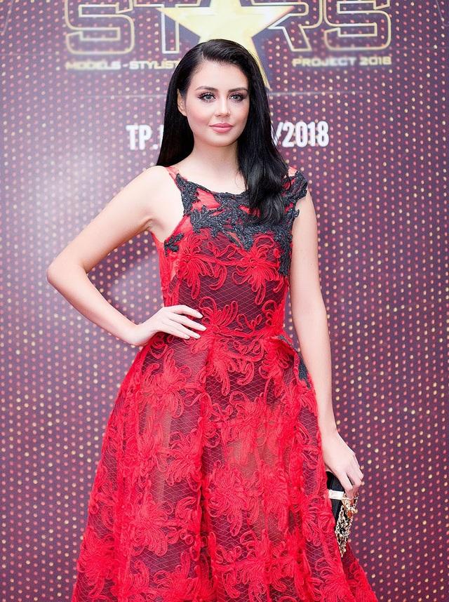 Hoa hậu Miss Earth - Air 2016 Michelle Gómez diện trang phục sắc đỏ nổi bật khi xuất hiện trên thảm đỏ chương trình.