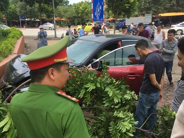 Cảnh sát 113 tại hiện trường xe Mazda3 gây tai nạn tại phường Trung Văn, quận Nam Từ Liêm