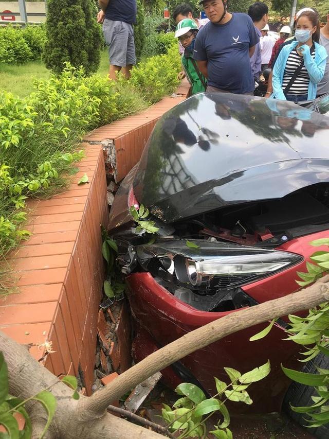 Sau khi gây tai nạn, tài xế xe Mazda3 đã bỏ lại xe và rời khỏi hiện trường
