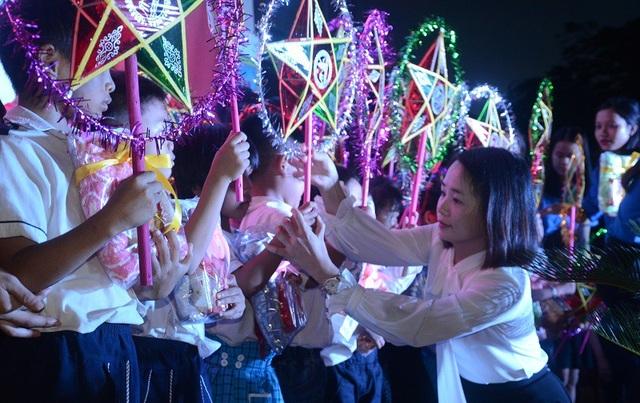 Tặng quà Trung thu cho các em học sinh có hoàn cảnh khó khăn tại Trường TH và THCS Sơn Lộc, huyện Bố Trạch