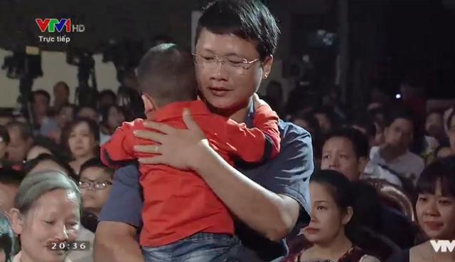 Cha con bé Gấu xuất hiện trong sự xúc động của nhiều khán giả có mặt tại chương trình.