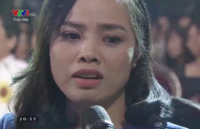 Chị Thanh Nhung xúc động rơi nước mắt khi kể lại chuyện cũ.