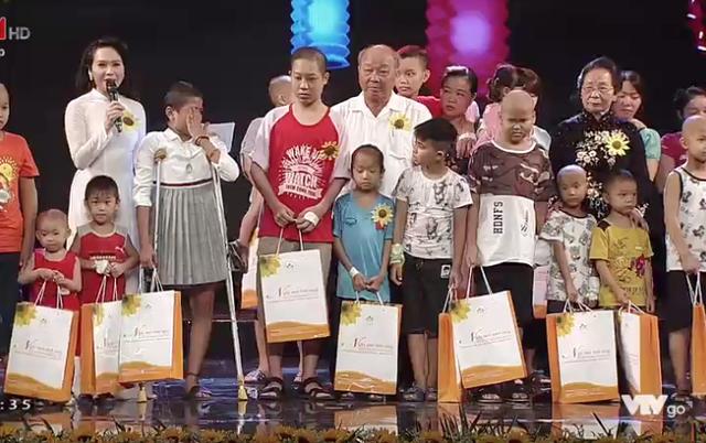 Bà Nguyễn Thị Doan và ông Nguyễn Quốc Triệu - Trưởng ban Bảo vệ và Chăm sóc sức khoẻ cán bộ Trung ương trao quà nhân dịp Tết Trung thu cho các bệnh nhi ung thư.