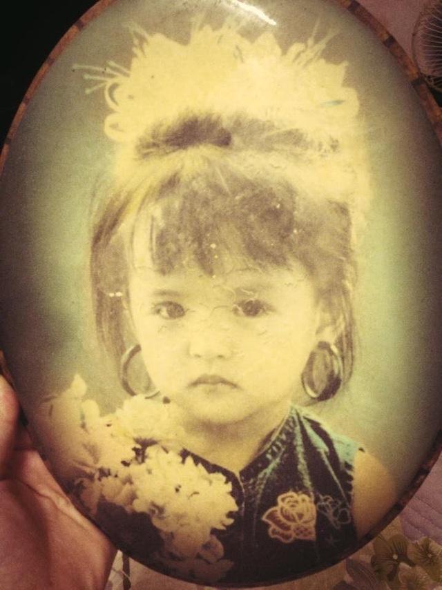Thu Quỳnh sinh năm 1988, gốc Hà Nội. Cô được sinh ra trong một gia đình có bố cũng là một người đam mê nghệ thuật. Ảnh chụp lúc Thu Quỳnh vừa tròn 3 tuổi.
