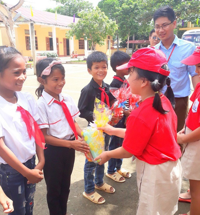 Trước đó, cô và trò Hệ thống giáo dục Chu Văn An cũng đã dành tặng 50 suất quà Trung thu đầy ý nghĩa đến cho các em học sinh tại Trường TH và THCS dân tộc bán trú Ba Rền, huyện Bố Trạch.
