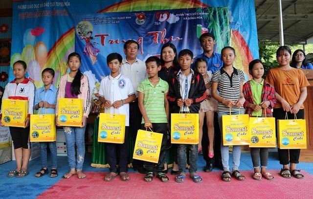Đoàn Khối văn hóa - Xã hội (thuộc Đoàn Khối CCQ tỉnh Quảng Bình) tặng quà Trung thu cho các em học sinh có hoàn cảnh đặc biệt khó khăn ở cấp tiểu học và THCS xã Đồng Hóa, huyện Tuyên Hóa