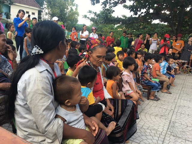 Các em học sinh dân tộc Vân Kiều cùng phụ các phụ huynh háo hức theo dõi chương trình