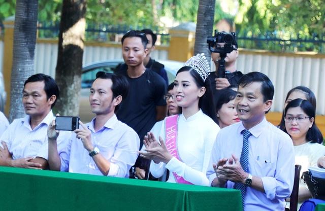 Hoa hậu Trần Tiểu Vy về thăm lại ngôi trường cũ - Trường THPT Trần Quý Cáp (TP Hội An, Quảng Nam).