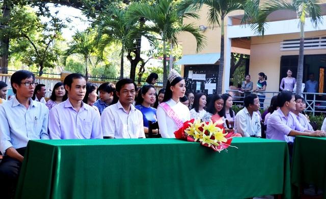 Hoa hậu Trần Tiểu Vy về thăm trường cũ, tặng quà các học sinh xuất sắc - 1