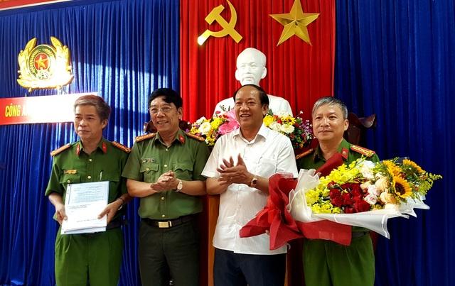 Chủ tịch tỉnh Quảng Nam tặng hoa và khen thưởng cho ban chuyên án