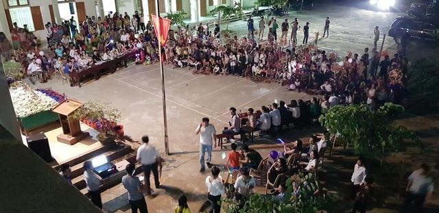 Toàn cảnh chương trình Vầng trăng yêu thương đến với các em nhỏ, học sinh ở vùng biên xứ Nghệ.