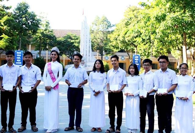 Hoa hậu Tiểu Vy tặng quà đến các em học sinh có thành tích xuất sắc trong học tập