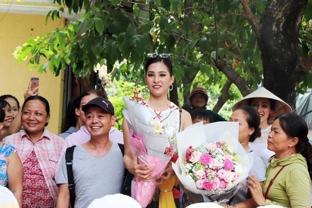 Rất đông người dân TP Hội An chào đón và chụp hình lưu niệm với Hoa hậu Trần Tiểu Vy.