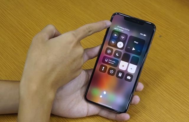 Trên iPhone XS Max, khi gọi bằng một SIM thì SIM kia sẽ tạm thời mất sóng. Ảnh: Vật Vờ Studio