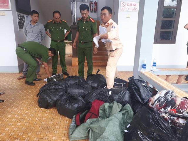 Lực lượng chức năng thu giữ tang vật của vụ viêc