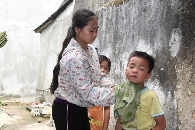 Người chị cả dù mới 13 tuổi nhưng cũng như người mẹ chăm sóc các em của mình.