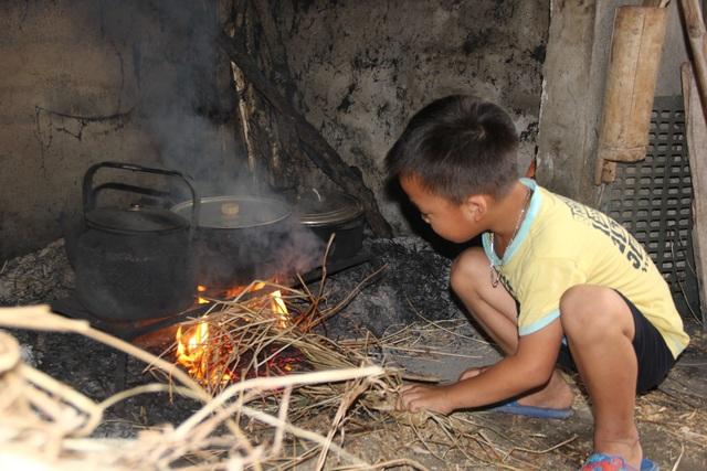 Cậu em út dù mới 7 tuổi cũng đã biết giúp ông bà nấu cơm.
