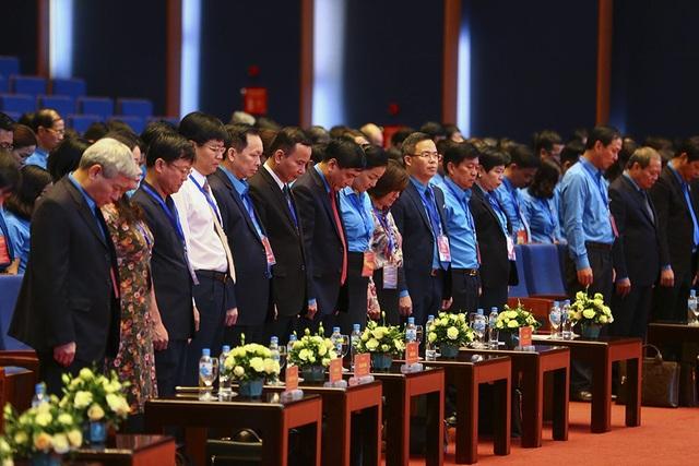 Đại hội dành một phút mặc niệm Chủ tịch nước Trần Đại Quang. (Ảnh: ST)