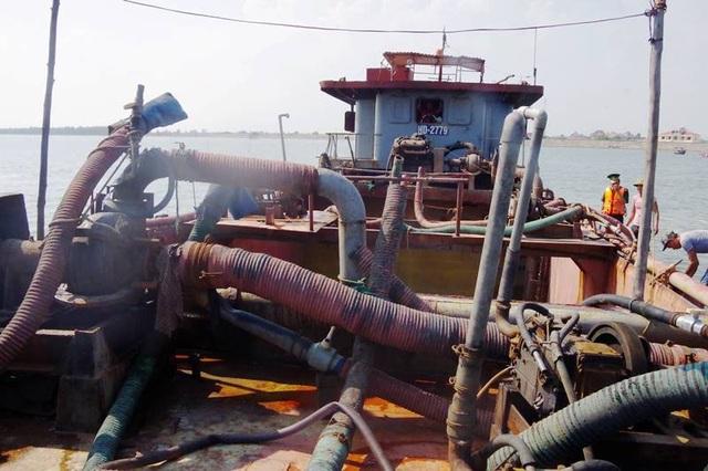 Trên chiếc tàu này có đến 17 máy hút cát đang hoạt động
