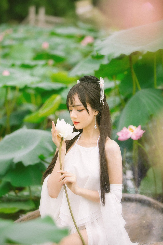 """Nữ CĐV Việt """"hot"""" tại Asiad 2018 đẹp như nàng tiên bên hồ sen - 9"""