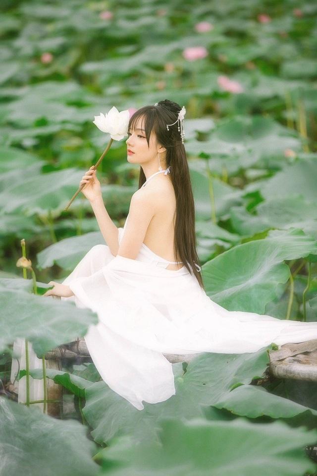 Nữ cổ động viên xinh đẹp kể địa điểm chụp bộ ảnh là ở đầm sen Hồ Tây, khi đó cảm xúc của Tiên rất khó diễn tả vì Tiên đã nhận được rất nhiều lời khen từ các du khách tới thăm và chụp ảnh tại hồ.