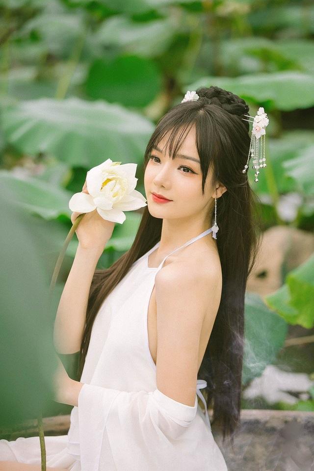 Thủy Tiên (sinh năm 1997) là sinh viên Đại học Tài chính, không chỉ xinh đẹp, Tiên còn giao tiếp tiếng Anh rất thành thạo và được nhiều người yêu mến.