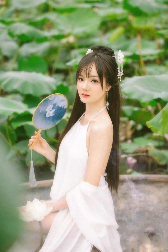 Nàng Hằng Nga ấy là Phan Thủy Tiên, nữ cổ động viên xinh đẹp được báo Hàn hết lời khen ngợi khi tham gia cổ vũ cho đội tuyển Olympic Việt Nam tại ASIAD 2018.