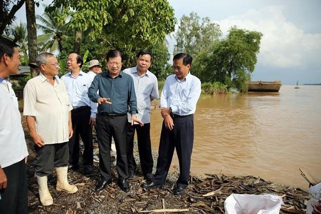 Phó Thủ tướng Trịnh Đình Dũng, Bộ trưởng Bộ Nông nghiệp và Phát triển nông thôn, Thứ trưởng Bộ Tài nguyên và Môi trường đi thị sát lũ Đồng bằng sông Cửu Long (Ảnh: PL)