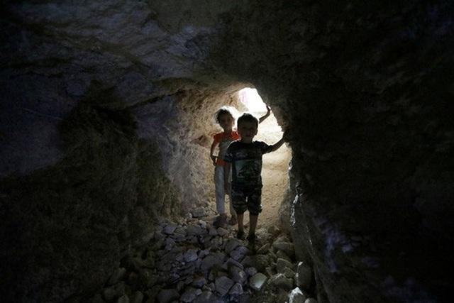 Trẻ em trong chiếc hang trú tạm ở Idlib - Syria Ảnh: REUTERS