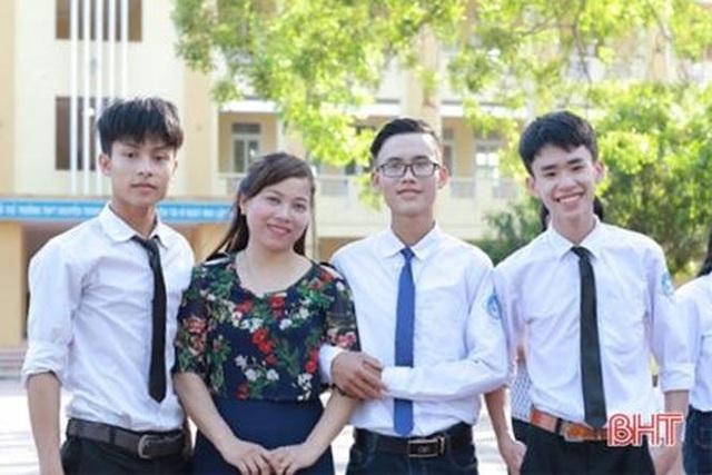 Trung Kiên (ngoài cùng bên phải) cùng với cô giáo bộ môn Địa Lý trường Nguyễn Trung Thiên và bạn bè.