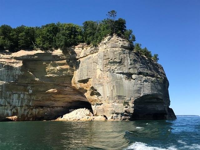Công viên Pictured Rocks National Lakeshore có những vách núi dựng đứng