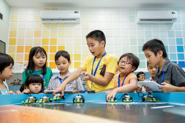 Giáo dục STEM là cách tiếp cận liên ngành trong quá trình học, trong đó các khái niệm học thuật mang tính nguyên tắc được lồng ghép với các bài học trong thế giới thực.