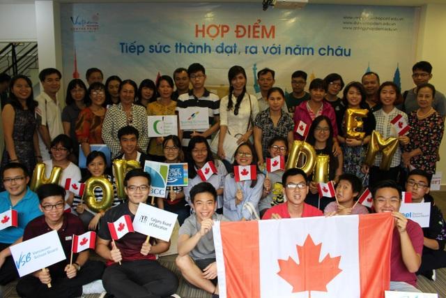 Các bạn học sinh trung học và phụ huynh họp mặt chuẩn bị lên đường nhập học tại Canada tháng 09/2017 (Ảnh: Hợp Điểm).