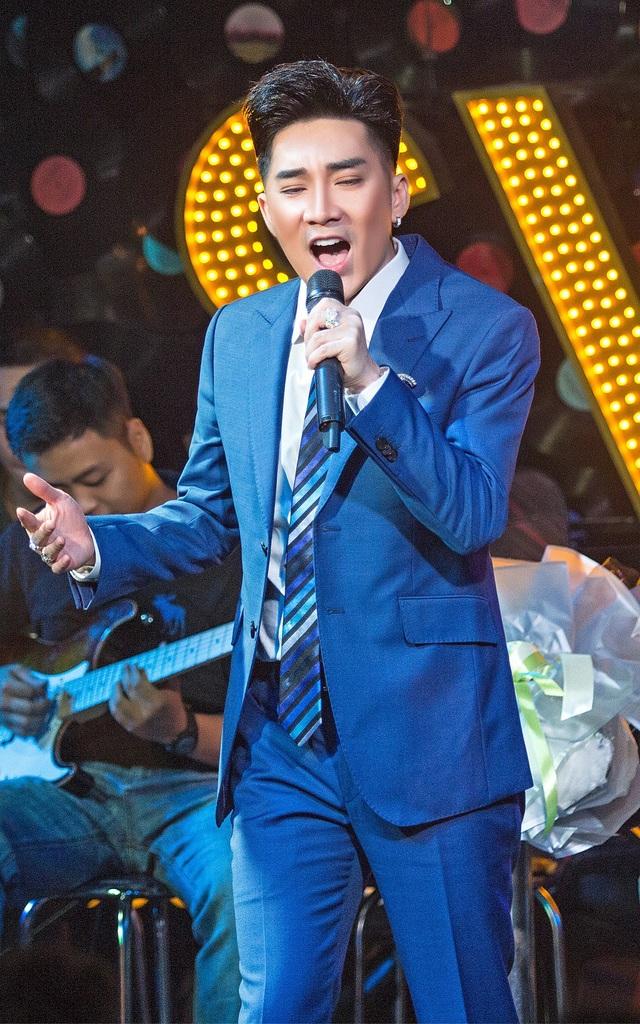 Ca sĩ Quang Hà thể hiện ca khúc trong ngày ra mắt MV.