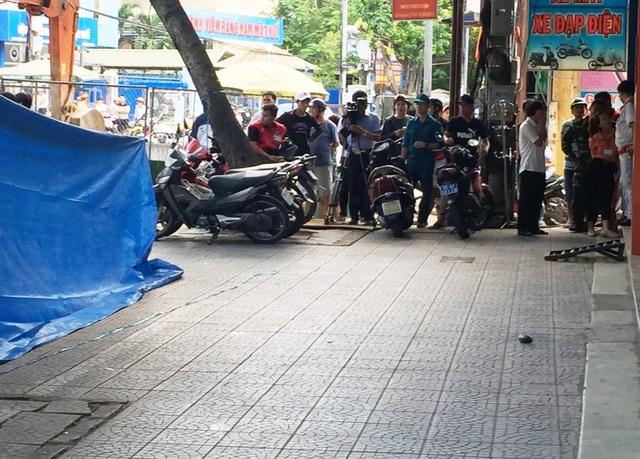 Vật thể lạ nghi là mìn trước cửa hàng xe máy khiến cả khu náo loạn.