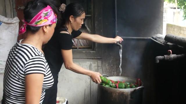 """""""Ngoài nấu bánh người dân trong xóm thường tổ chức góp gạo thổi cơm chung làm bữa ăn đoàn kết"""" chị Hòa cho biết thêm."""