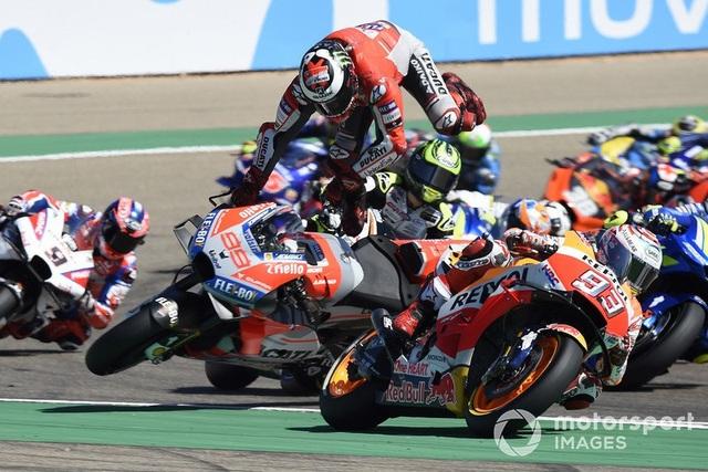 Marquez thắng kịch tính trong ngày Lorenzo gặp tai nạn nghiêm trọng - 4