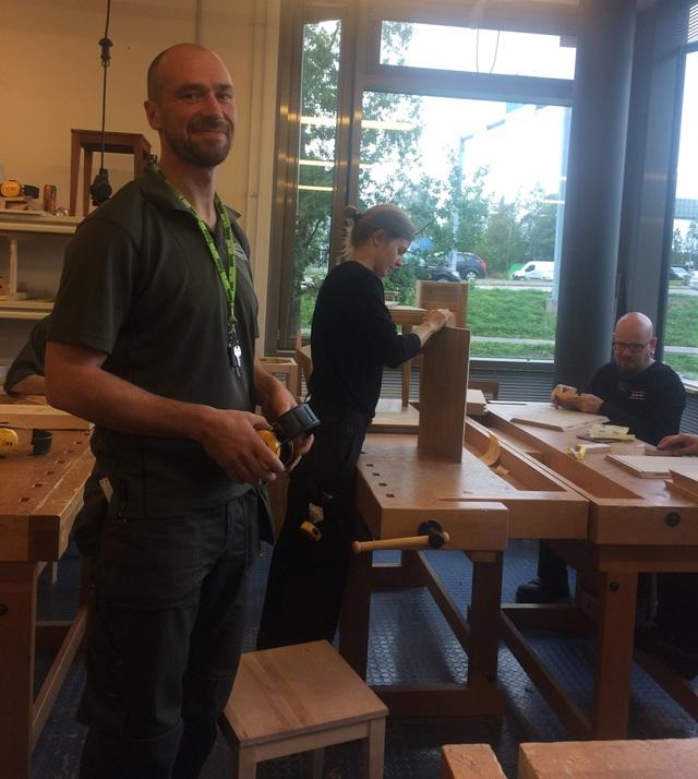 Thầy giáo Juhami Horelli tại khoa dạy nghề mộc cho sinh viên