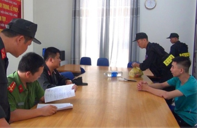 Cảnh sát Cơ động bàn giao đối tượng cho Công an phường Đông Hương