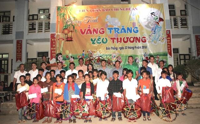 Ban tổ chức trao học bổng cho trẻ em nghèo.