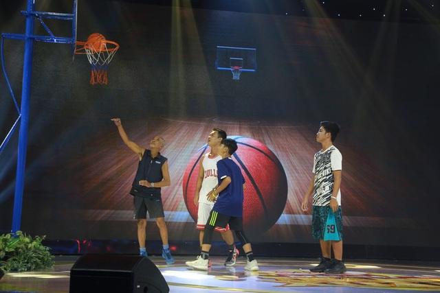 Ông Nguyên cùng các bạn học sinh, sinh viên trổ tài chơi bóng rổ trên sân khấu.