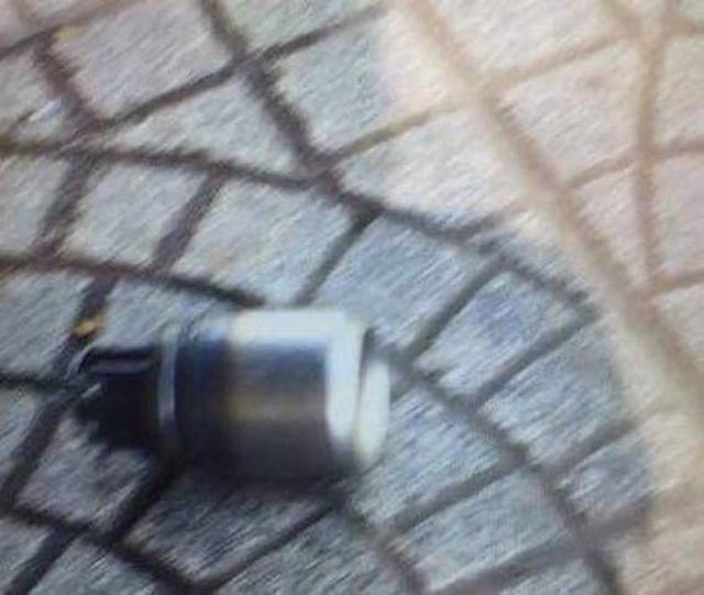 Vật thể lạ nghi quả mìn tự chế thực chất là bình hơi trong pháo giấy múa lân (ảnh: Q.T)