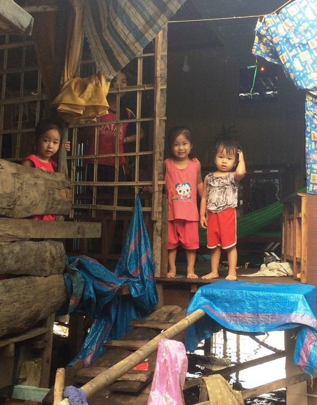 Ở những huyện đầu nguồn vùng lũ của An Giang, Đồng Tháp, khi nước lũ về, nhiều phụ huynh lo mưu sinh trên những cánh đồng nước nên việc trông giữ trẻ rất khó khăn