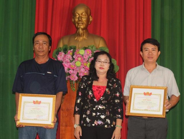 Đại diện UBND TP Biên Hòa tặng giấy khen cho 2 hiệp sĩ.