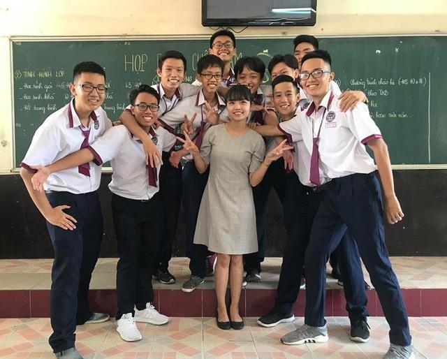 Cô giáo Trần Thị Quỳnh Anh bên học trò.