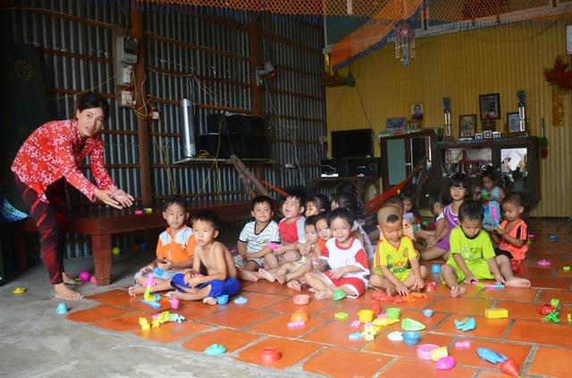 Vì thế, từ nhiều năm qua, tỉnh An Giang, Đồng Tháp tích cực tổ chức các điểm giữ trẻ mùa lũ, vừa đảm bảo an toàn cho các em nhỏ, vừa tạo điều kiện thuận lợi cho các phụ huynh sống nghề câu lưới an tâm lao động