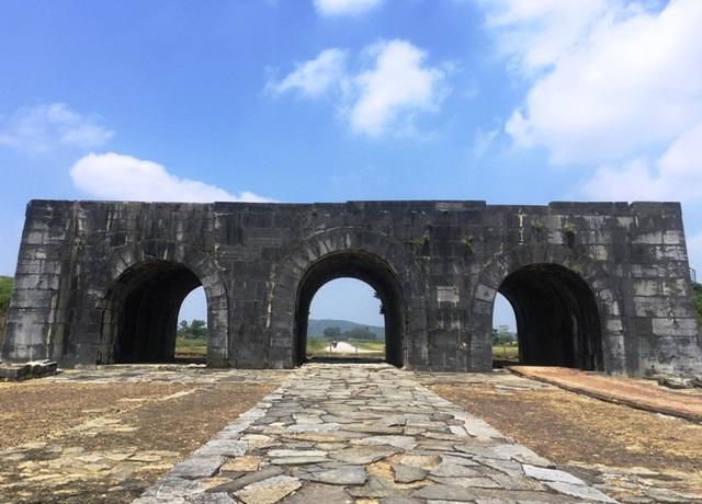 Cổng Nam được xây dựng ba vòm trong đó cổng giữa lớn hơn hai cổng bên.