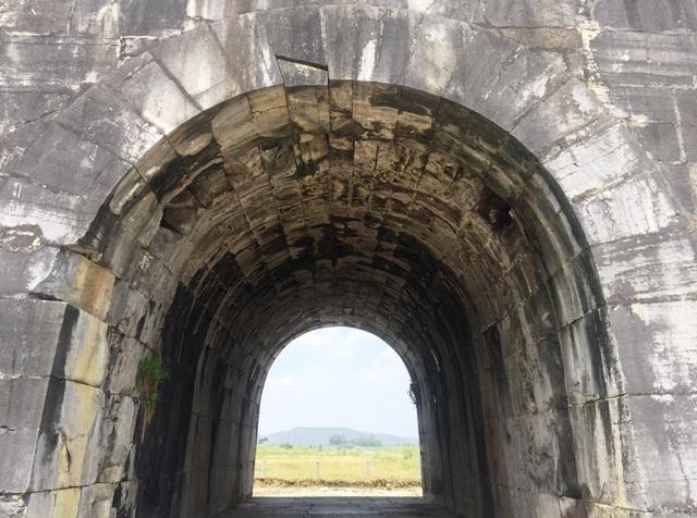 Cổng được xây dựng kiểu cuốn vòm với các phiến đá lớn hình chữ nhật bằng phẳng tạo thân cổng, các khối đá có mặt cắt hình thang cân tạo vòm cửa.