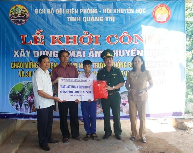 Lãnh đạo Hội Khuyến học tỉnh, Bộ chỉ huy BĐBP tỉnh trao biển tài trợ cho cháu Quang