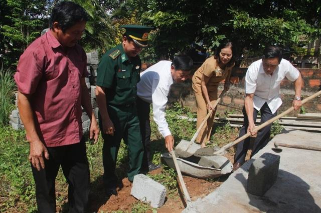 Đại diện các đơn vị thực hiện nghi thức động thổ xây dựng Mái ấm khuyến học cho cháu Quang và bà ngoại.